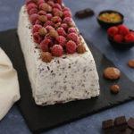 Terrine glacée stracciatella, framboise, pistache et meringues au chocolat