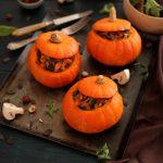 Potimarrons farcis aux lardons, champignons, oignons, noisettes et graines de courge