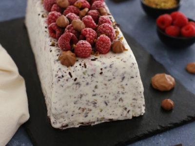 terrine glacee stracciatella framboise pistache et meringues au chocolat