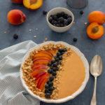 Smoothie bowl pêche, abricot, flocons d'avoine grillés